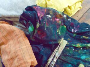 Récupérer les vieux vêtements usés pour la peinture
